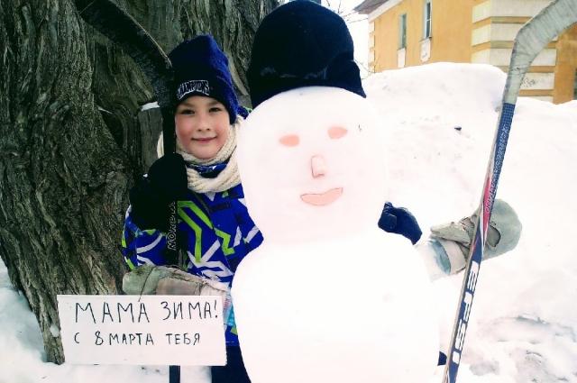 Обилие снега в весенний месяц позволяет поздравить маму с помощью снеговика.