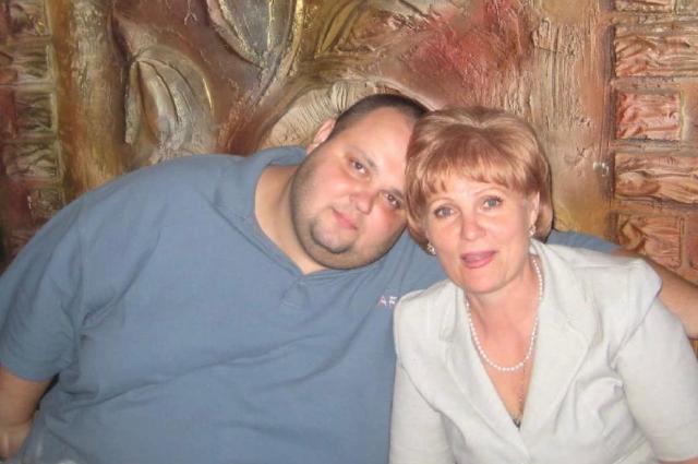 Александр с мамой. В 2009 году он весил 216 кг.