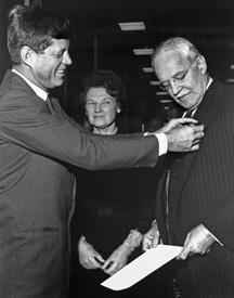 Президент Кеннеди вручил Даллесу медаль национальной безопасности в здании ЦРУ. 1961 год.