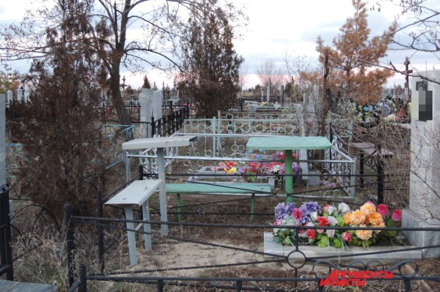 Волжские гробовщикам пригрозили молчать, иначе они «будут лежать в тех же могилах, что и копают».