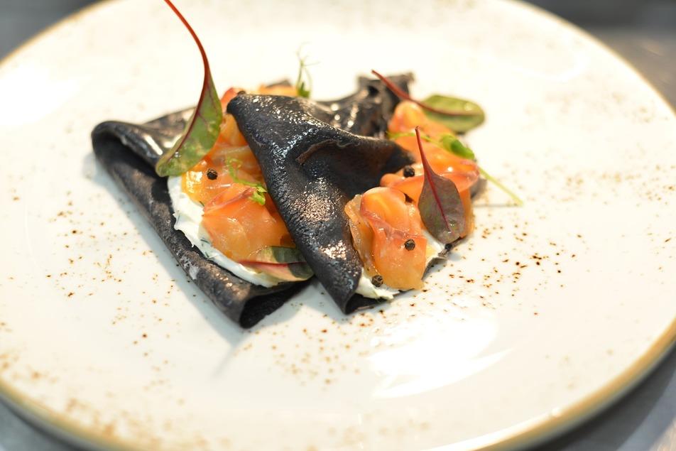 Блины с чернилами каракатицы и лососем
