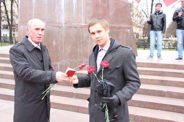 Виктор Герасимович вручил партийные билеты вновь вступившим молодым товарищам.