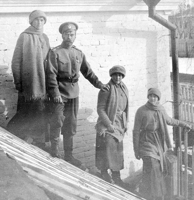 Слева направо — Ольга, Николай, Анастасия, Татьяна. Тобольск (зима 1917)