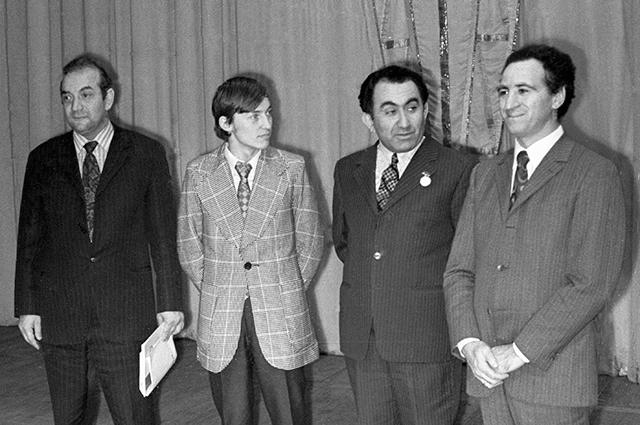 Слева направо: Виктор Корчной, Анатолий Карпов, Тигран Петросян и Лев Полугаевский на торжественном закрытии 41-го чемпионата СССР по шахматам, 1973 г.