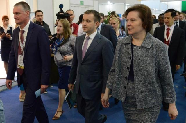Заместитель губернатора Югры Алексей Забозлаев, министр связи РФ Николай Никифоров и губернатор Югры Наталья Комарова.