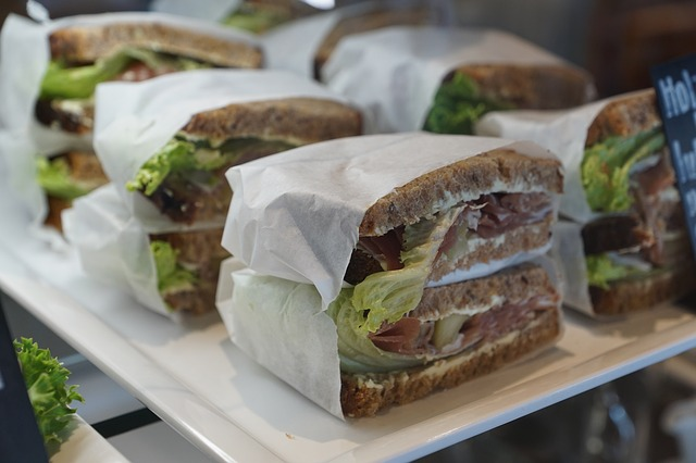 Многие дети с большей охотой едят бутерброды, чем горячий обед в столовой.