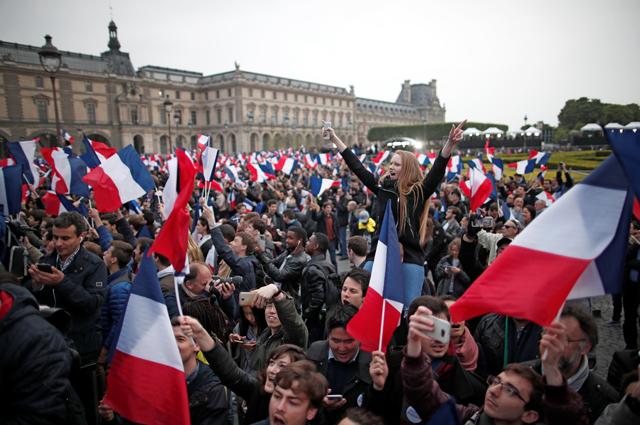 Сторонники Макрона празднуют победу у Лувра.