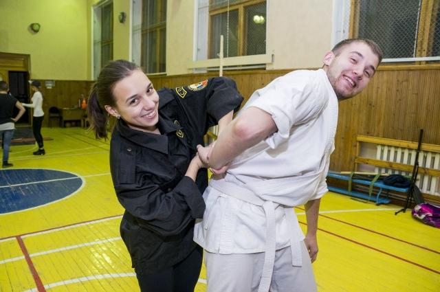 Девушки и парни из «Беркута» регулярно тренируются.