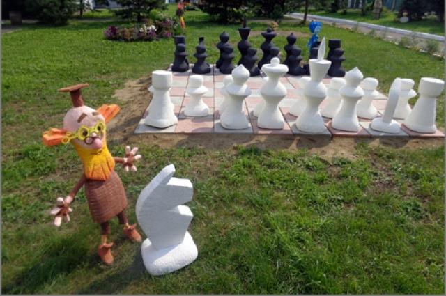 В дошкольных учреждениях в детей учат игре в шахматы в игровой форме.
