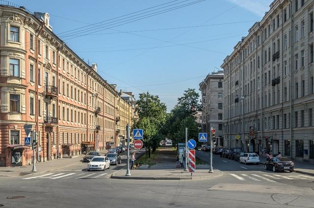 Дом на улице Декабристов (на фото слева) стал последним пристанищем поэта.