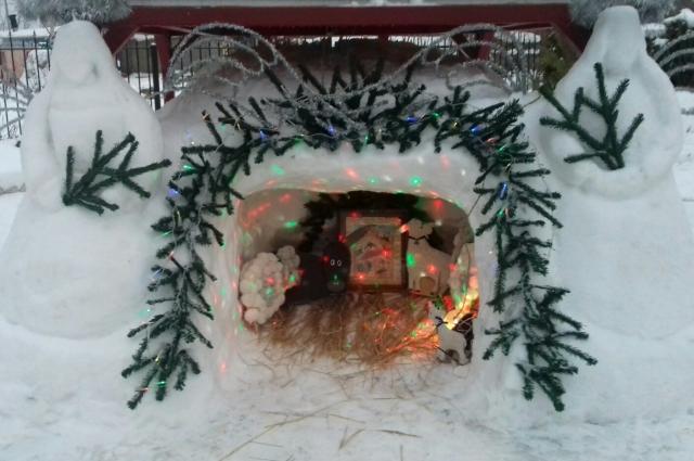 У православных храмов уже появились традиционные рождественские вертепы.