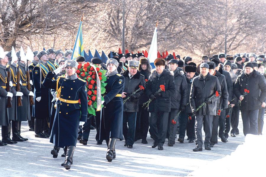 Празднование Дня защитника Отечества началось с церемонии возложения цветов и венков к Могиле Неизвестного Солдата.