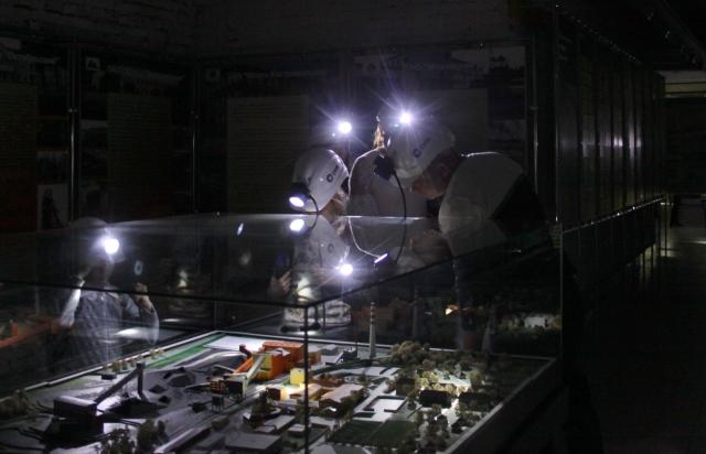Посетителям музея выдают настоящие шахтёрские каски