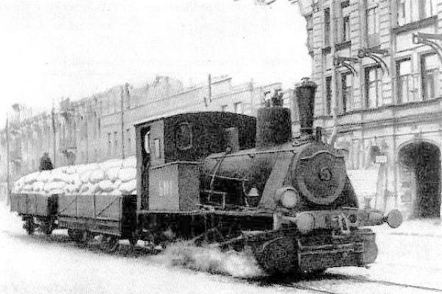 Паровоз везет муку по трамвайным рельсам в блокадном Ленинграде, 1942 год.