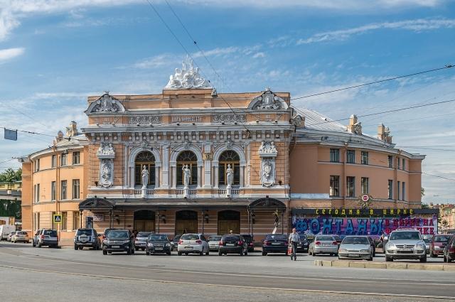 При строительстве здания были применены новые архитектурные решения.