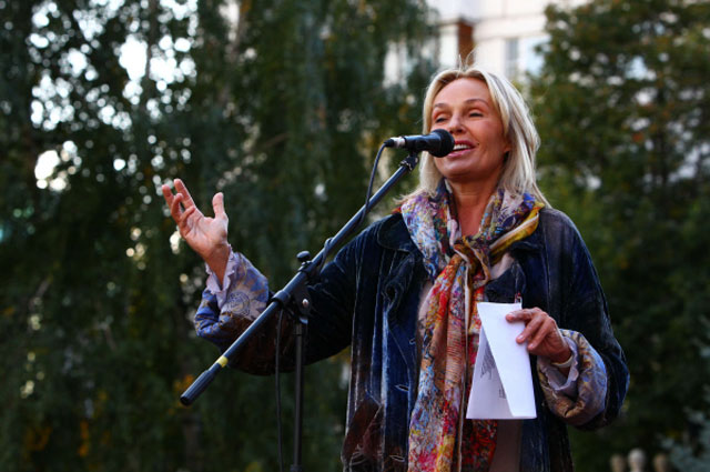 Наталья Андрейченко выступает на открытии памятника Матери Терезе. 2011 год