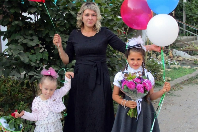 Ольга Сапарова с дочками.