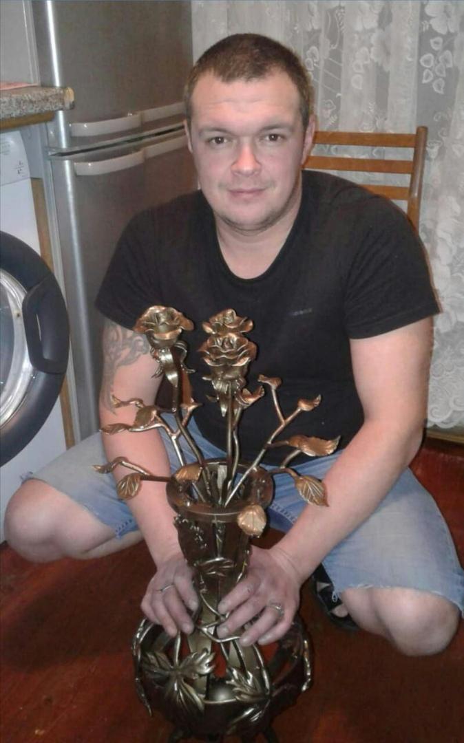 Сергей также выковал сам, теперь в нём красуется уже три розы.