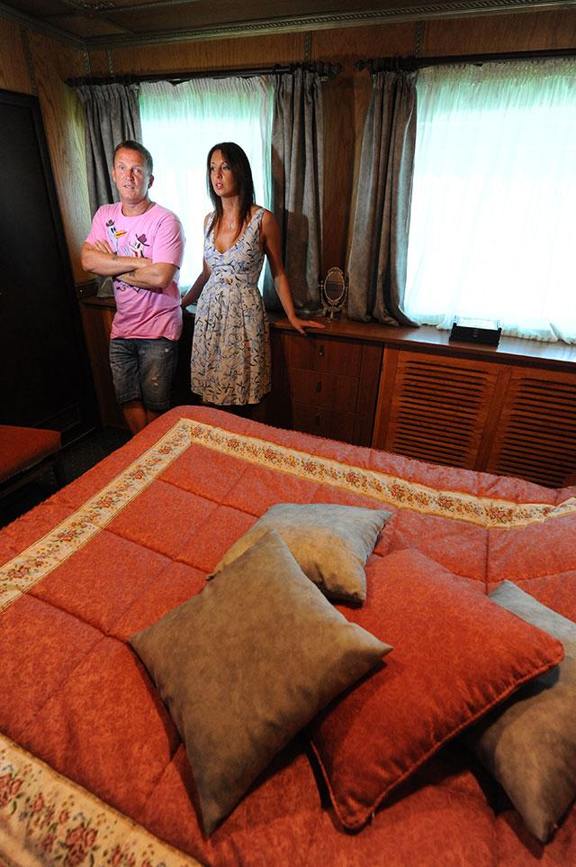Виктор Рыбин и его супруга Наталья Сенчукова в спальне своего дома на корабле в Московской области.