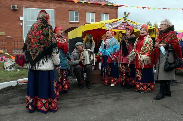 Помимо спортивных мероприятий, гостей радовали народные коллективы.