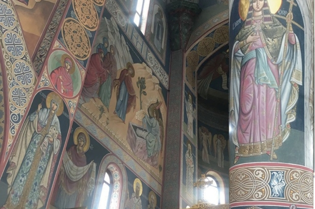 За основу взяли византийский подход к оформлению с тёмными фонами и нежными цветами.