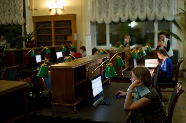 Посетители Российской государственной библиотеке во время акции «Библионочь» в Москве.