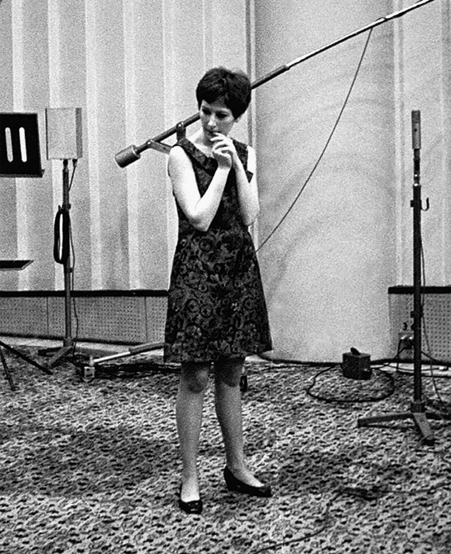 Талантливая девчонка Алла Пугачёва, она же будущая примадонна, во время первой в своей жизни радиозаписи.