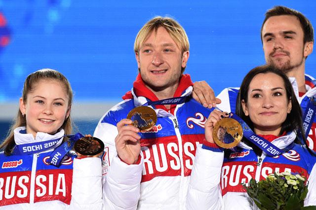 Слева направо: Юлия Липницкая, Евгений Плющенко, Ксения Столбова и Федор Климов (Россия), завоевавшие золотые медали в командных соревнованиях по фигурному катанию на XXII зимних Олимпийских играх в Сочи, во время медальной церемонии.