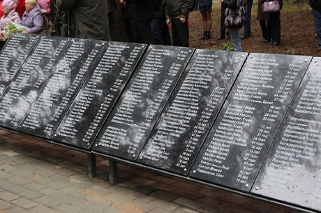 На мемориальных досках более четырехсот имен расстрелянных евреев.