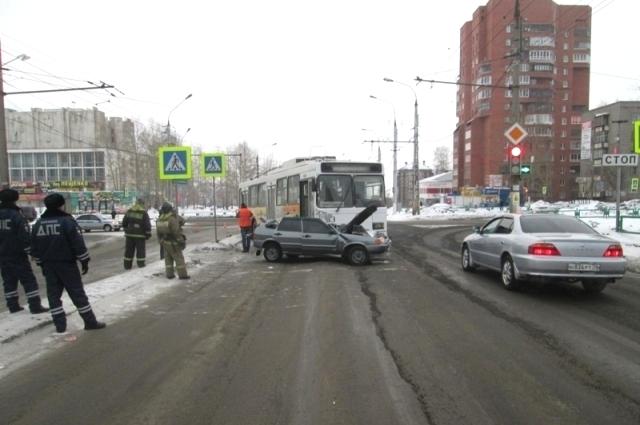 С места ДТП увезли двоих пострадавших в больницу.