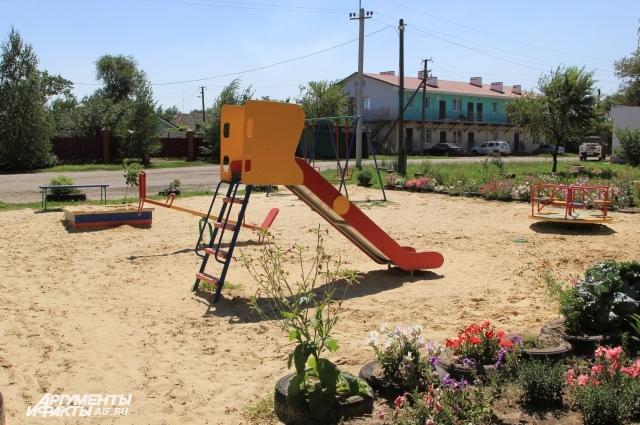 Сельские власти для жителей дома построили детскую площадку и установили уличный фонарь.