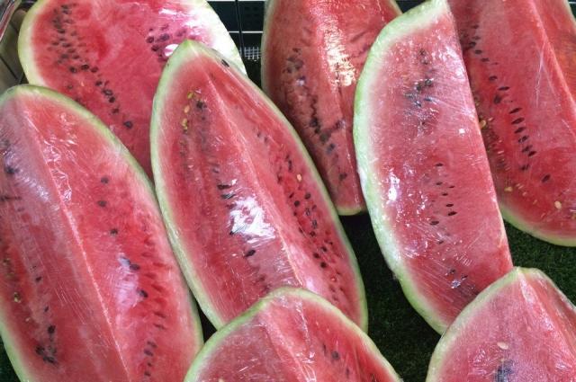 Арбузы хранят в холодильнике не более 12 часов, накрыв пищевой плёнкой.