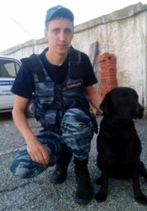 Антон Оханов вместе со своей служебной собакой по кличке Элла.