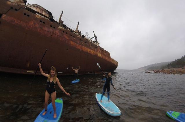 Сап-серферы прокатились на досках в водах Финского залива у острова.