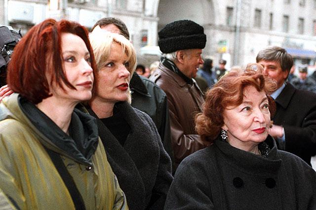 Лидия Вертинская (справа) иего дочери Марианна (вцентре) иАнастасия нацеремонии открытия мемориальной доски надоме №12поТверской улице вМоскве, вкотором Александр Вертинский жил с1943 года после своего возвращения изэмиграции народину.