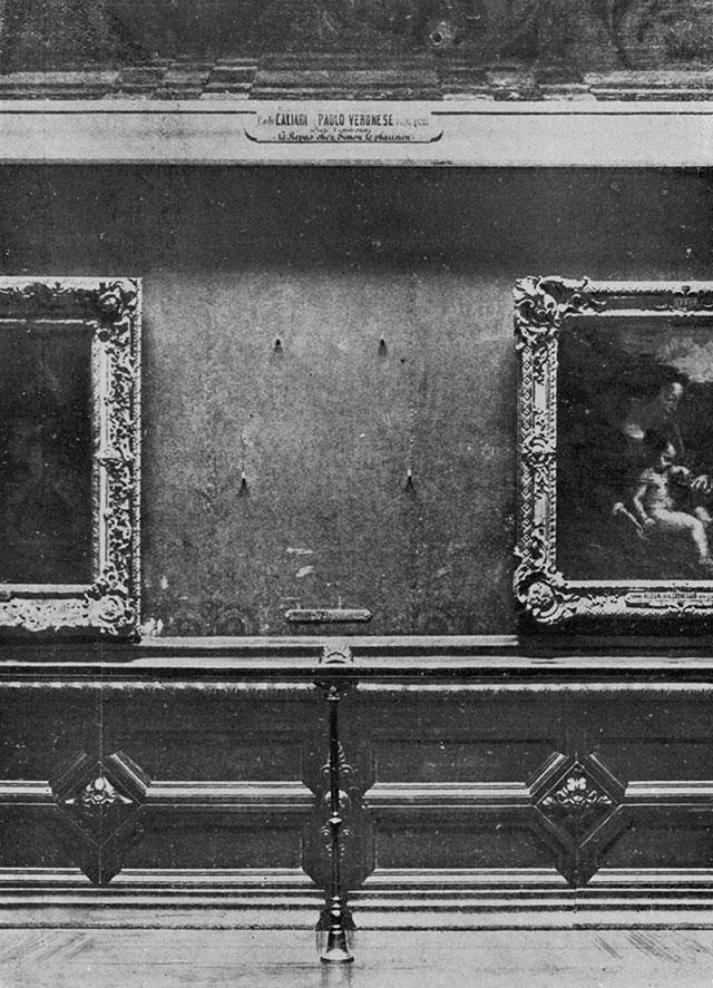Место, на котором висела картина Леонардо да Винчи «Джоконда».
