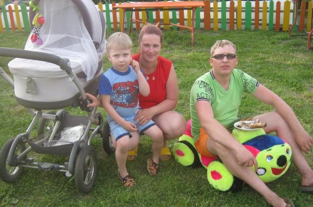 Дмитрий с сыном и женой