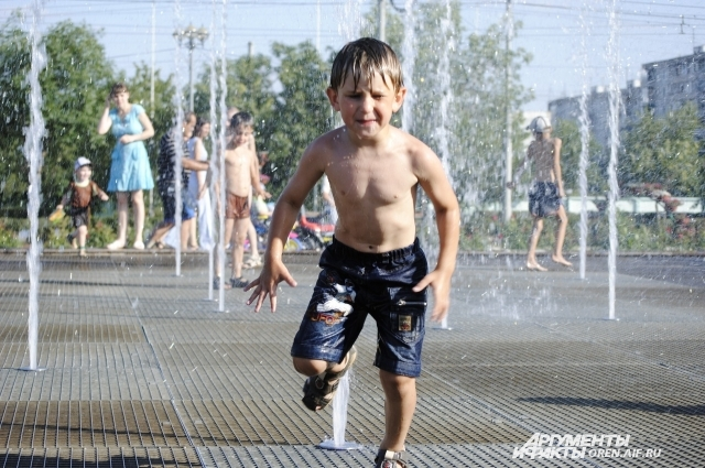 В Оренбурге в летнюю жару жизнь кипит возле фонтанов.