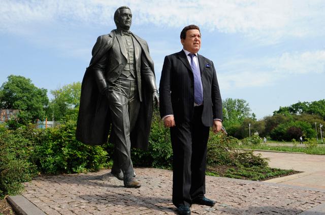 Иосиф Кобзон упамятника, установленного вего честь вДонецке.