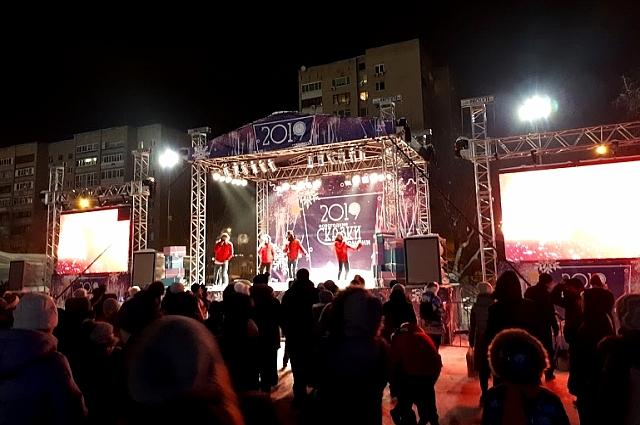 Тюменцы подпевали и танцевали вместе с творческими коллективами.