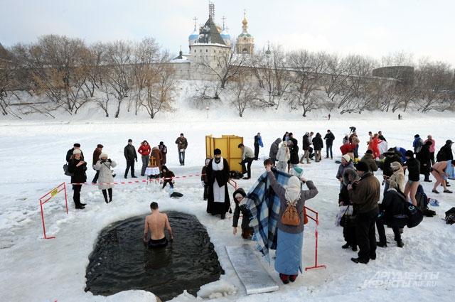 Прошлой зимой крещенские купания у стен Новоспасского монастыря прошли при настоящей зимней погоде. А какая погода в Москве будет 19января, точно неизвестно даже Гидрометцентру. Как шутят в сети: «На всё воля Божья», – комментируют синоптики».