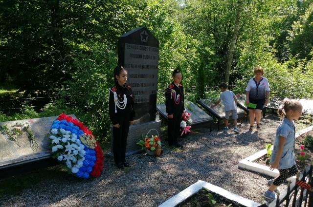 Пост у Братской могилы Крылово, где захоронены 236 бойцов.