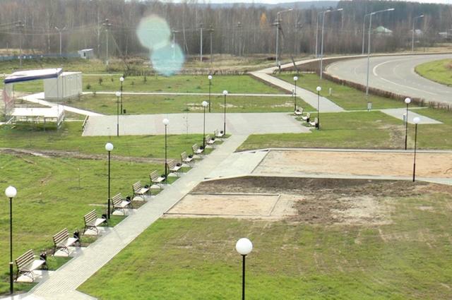 Рядом с памятным местом появились дополнительные пешеходные дорожки, скамейки, светильники.