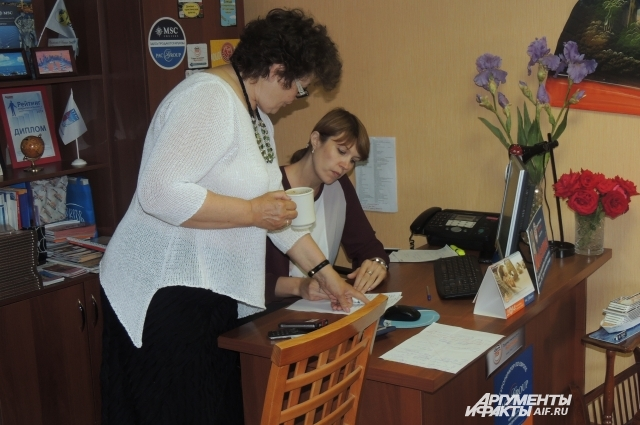 Светлана даёт указания новой сотруднице
