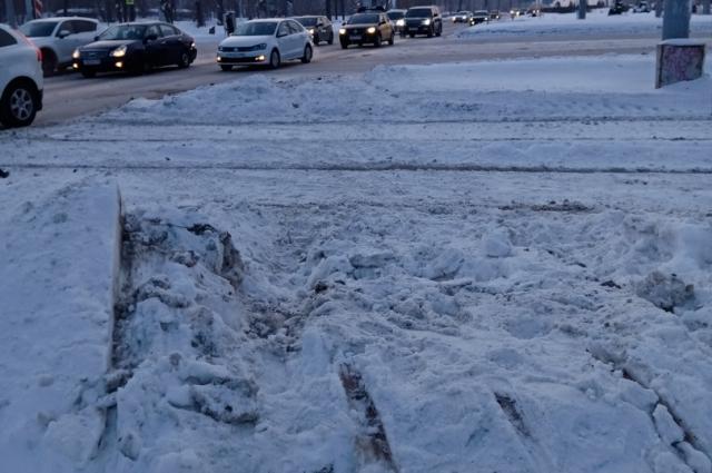 Судя по следам, машина пролетела через трамвайные пути и тротуар в сугроб.