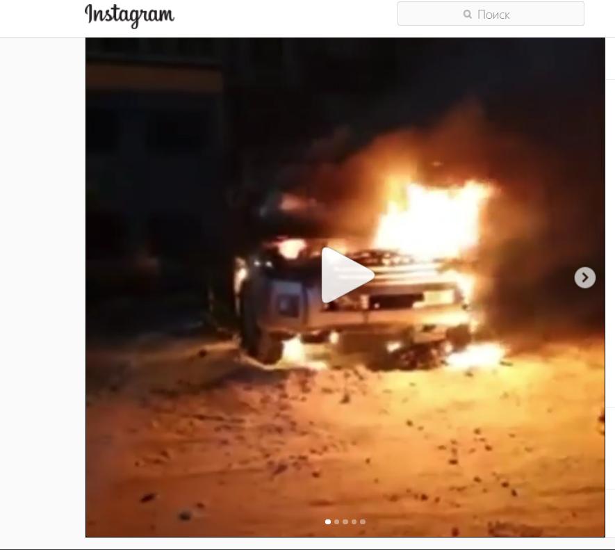 До прибытия пожарного расчета люби пытались потушить автомобиль своим силами.