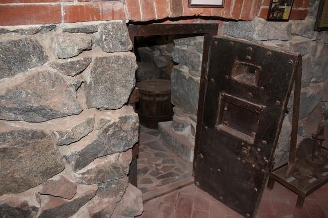 Двери карцеров расположены очень низко для того, чтобы оттуда было сложнее сбежать.