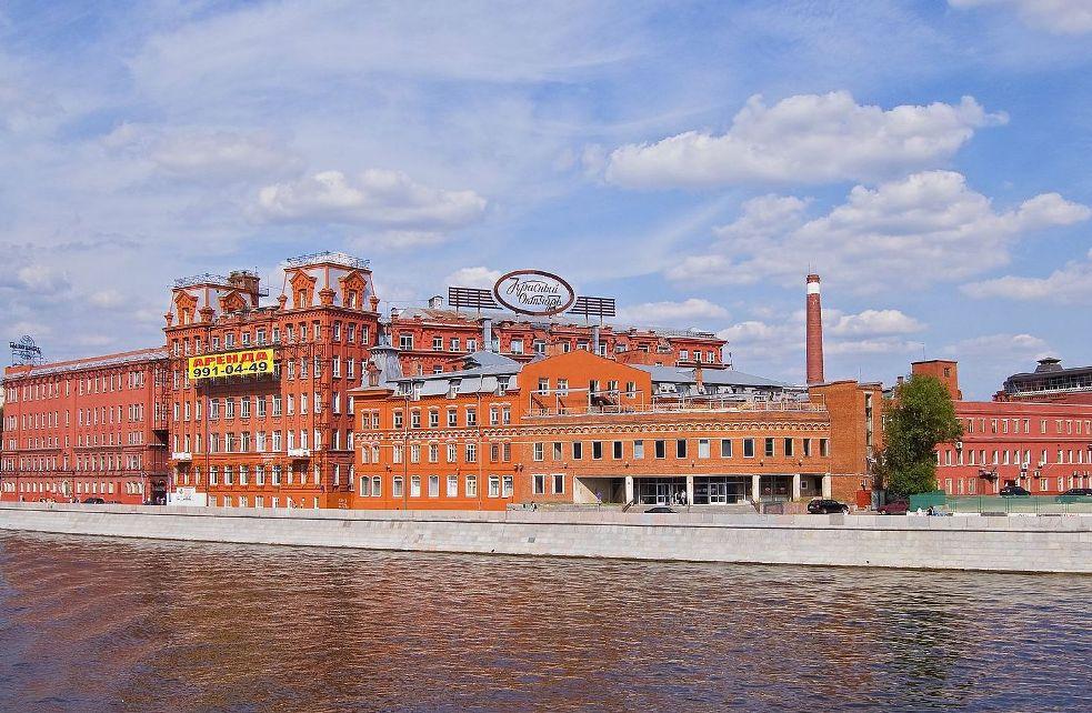 Здание кондитерской фабрики Красный Октябрь на Берсеневской набережной