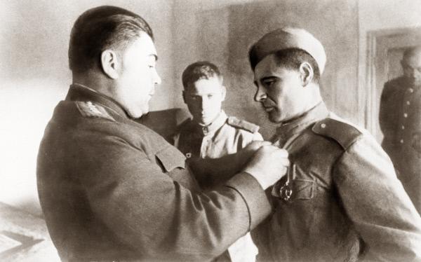 Командующий войсками 3-го Украинского фронта Родион Яковлевич Малиновский (слева) во время награждения Смищука Золотой звездой Героя Советского Союза, 1944 год
