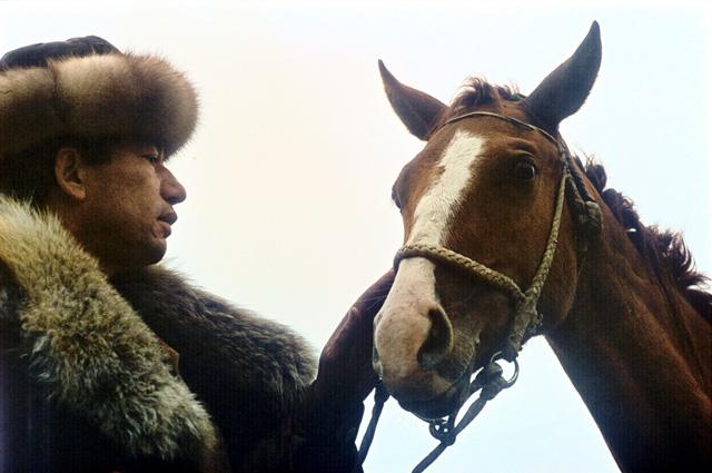 Посмотрите на площади столиц мира там непременно восседают полководцы на конях. В то же время личности, сопряжённые не с войной, а, наоборот, с миролюбием, не воздвигались на пьедесталы